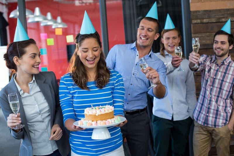 Biznesmeni świętuje ich kolegów urodzinowych fotografia stock