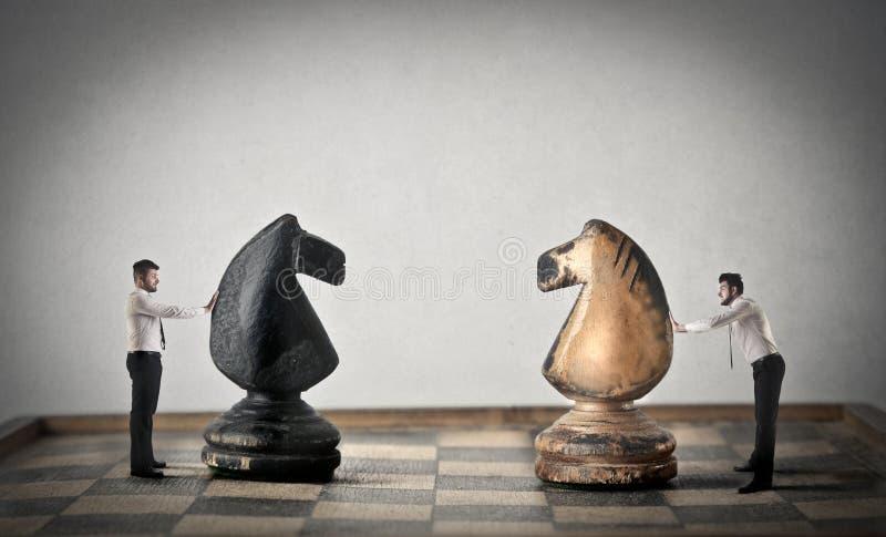 Biznesmeni bawić się szachy zdjęcie royalty free