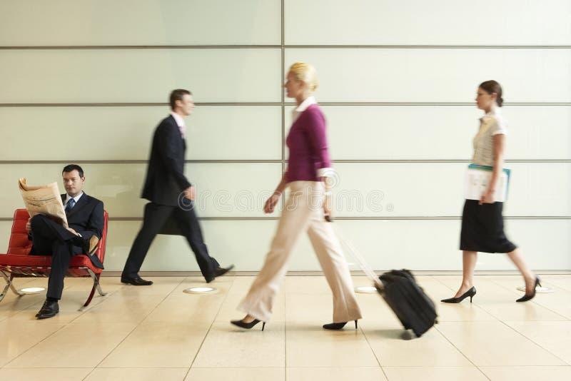 Biznesmeni Chodzi W Biurowym korytarzu zdjęcia royalty free