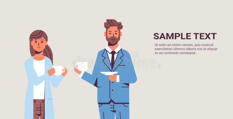 Biznesmeni dobierają się pić cappuccino podczas spotykać biznesowego mężczyzny kobiety dyskutuje kolegów stoi wpólnie ilustracji