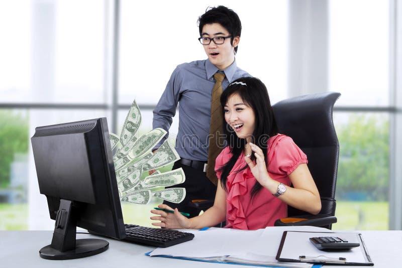 Biznesmeni dostaje pieniądze od interneta fotografia stock