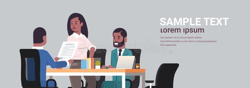 Biznesmeni dyskutuje kontrakt podczas rozwój biznesu spotkania amerykanin afrykańskiego pochodzenia kolegów pracuje z co royalty ilustracja