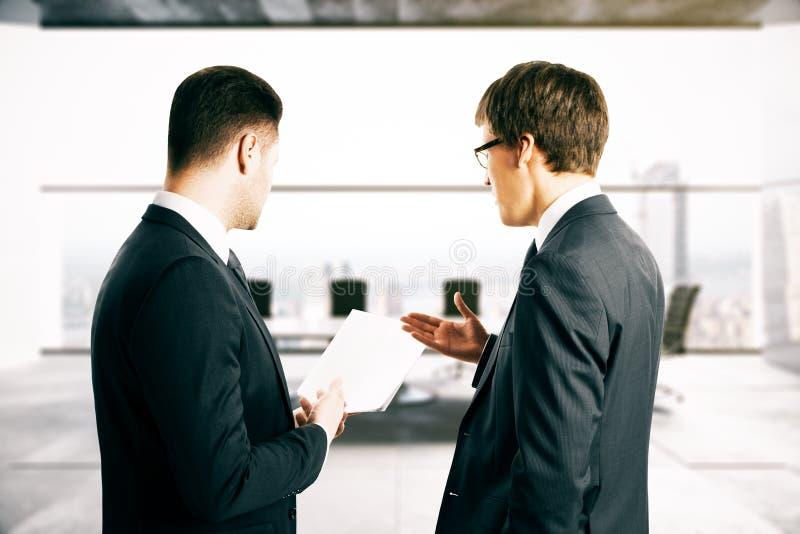Biznesmeni dyskutuje kontraktacyjnych terminy zdjęcie stock