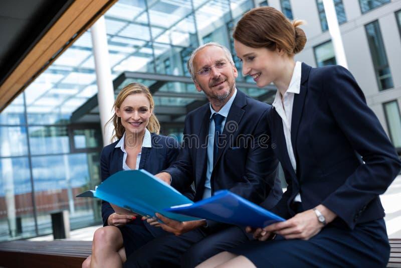 Biznesmeni Dyskutuje Nad dokumentami zdjęcia royalty free