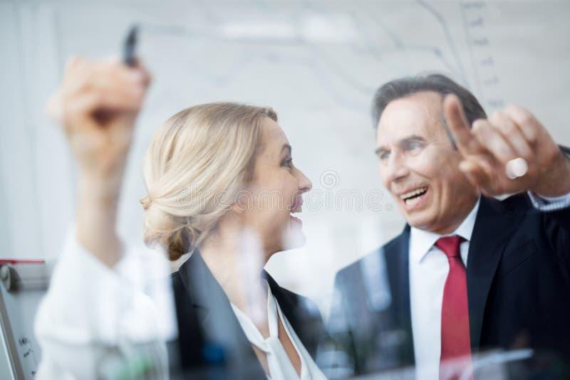 Biznesmeni dyskutuje wykres fotografia stock
