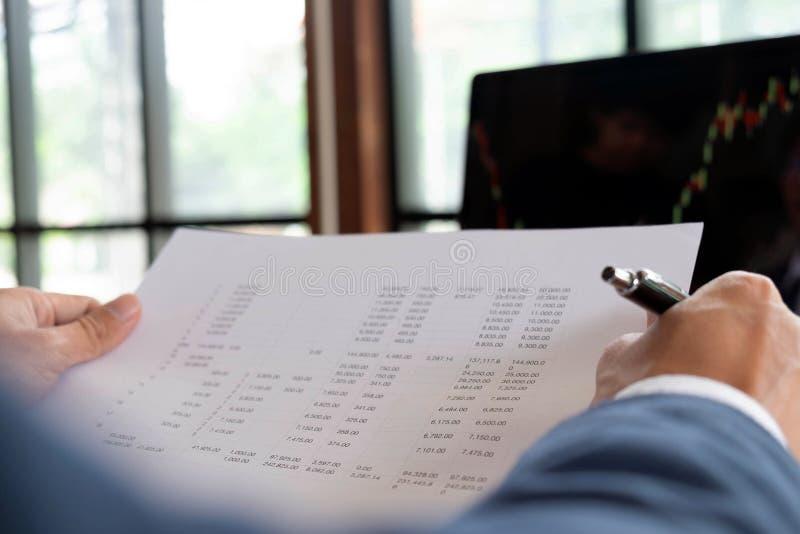Biznesmeni, finanse, rozliczający pracy, sprawdzać konta, używać kalkulatora i znajdujący informację zdjęcie royalty free