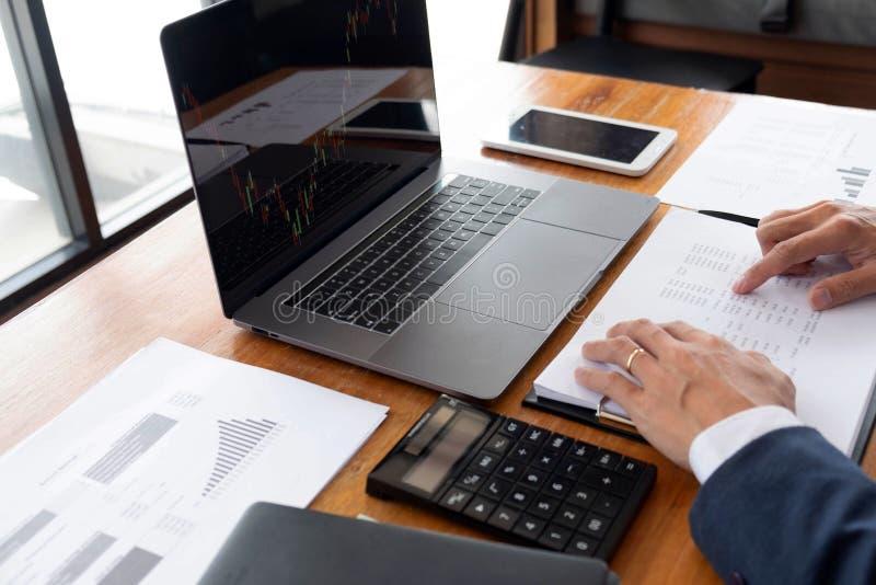 Biznesmeni, finanse, rozliczający pracy, sprawdzać konta, używać kalkulatora i znajdujący informację fotografia stock