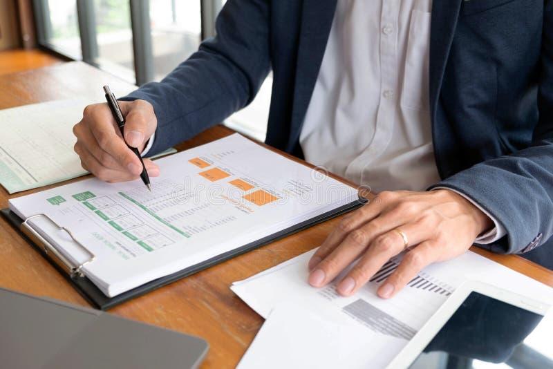 Biznesmeni, finanse, rozliczający pracy, sprawdzać konta, używać kalkulatora i znajdujący informację fotografia royalty free