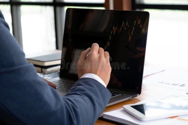 Biznesmeni, finanse, rozliczający pracy, sprawdzać konta, używać kalkulatora i znajdujący informację obraz royalty free