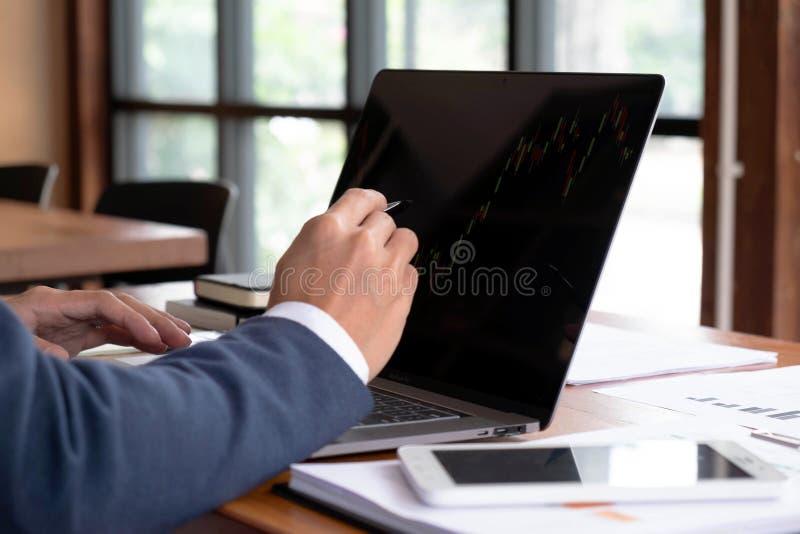 Biznesmeni, finanse, rozliczający pracy, sprawdzać konta, używać kalkulatora i znajdujący informację zdjęcie stock