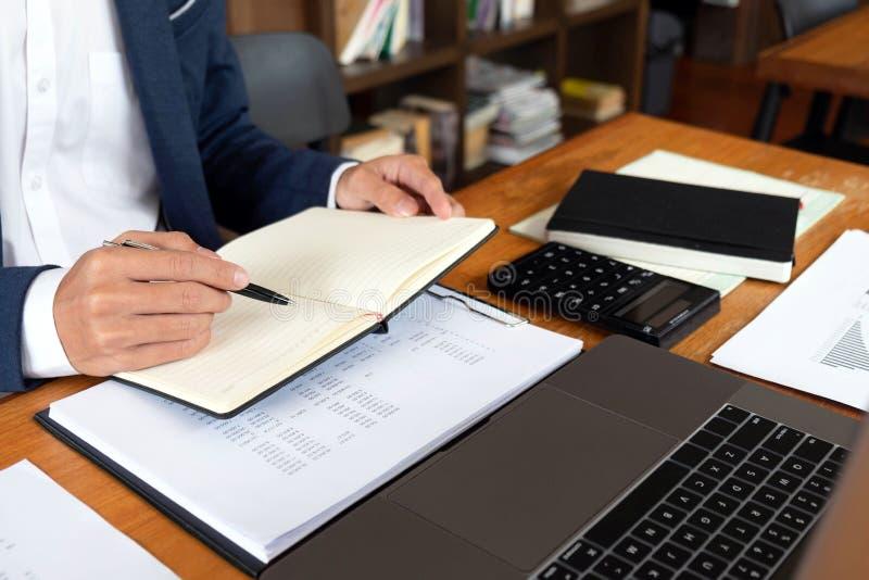 Biznesmeni, finanse, rozliczający pracy, sprawdzać konta, używać kalkulatora i znajdujący informację obraz stock