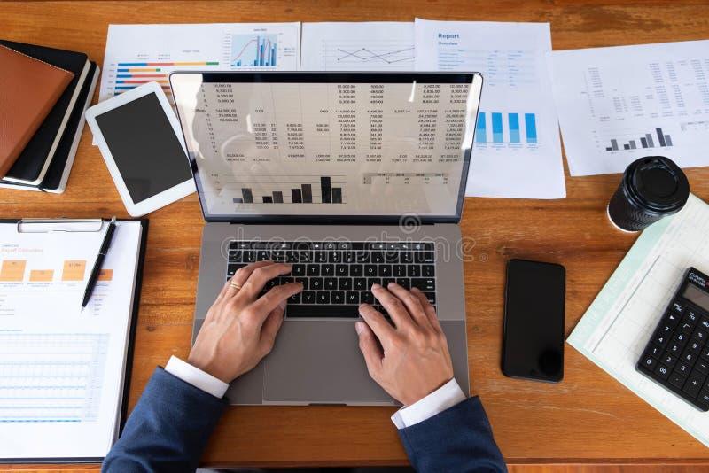Biznesmeni, finanse, rozliczający pracy, sprawdzać konta, używać kalkulatora i znajdujący informację zdjęcia stock