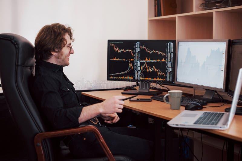 Biznesmeni handluje zapasy online Akcyjny makler patrzeje wykresy, wskaźniki i liczby na wieloskładnikowych ekranach komputerowyc obraz stock