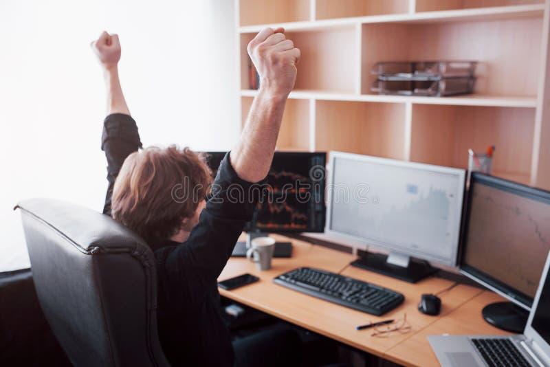 Biznesmeni handluje zapasy online Akcyjny makler patrzeje wykresy, wskaźniki i liczby na wieloskładnikowych ekranach komputerowyc zdjęcia stock