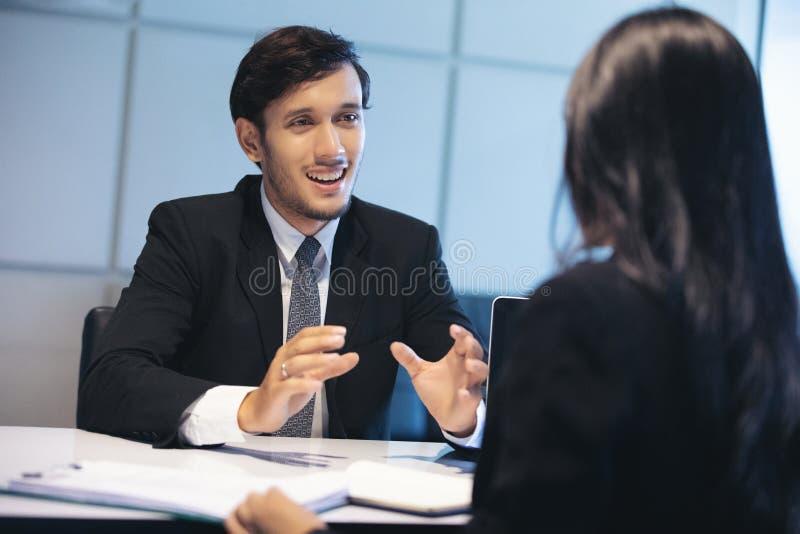 Biznesmeni i bizneswomany dyskutuje dokumenty dla akcydensowego wywiadu pojęcia obrazy stock