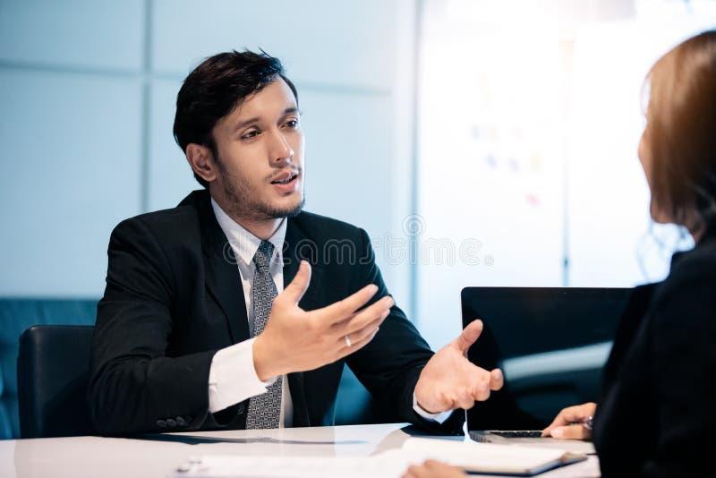 Biznesmeni i bizneswomany dyskutuje dokumenty dla akcydensowego wywiadu poj?cia zdjęcia royalty free
