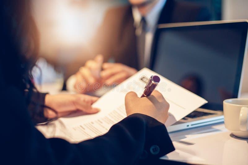 Biznesmeni i bizneswomany dyskutuje dokumenty i podpisują biznesową zgodę dla akcydensowego wywiadu pojęcia zdjęcia stock