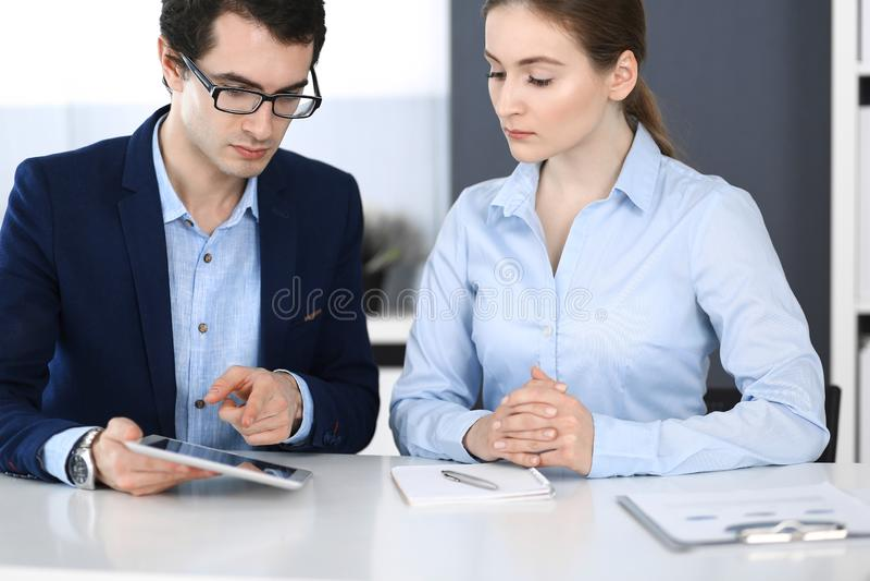 Biznesmeni i kobieta u?ywa pastylka komputer w nowo?ytnym biurze Koledzy lub firma kierownicy przy miejsce pracy partnery zdjęcia stock