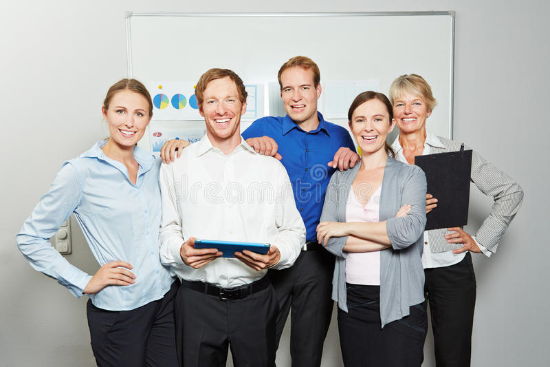 Biznesmeni jako biznes drużyna w biurze zdjęcia stock