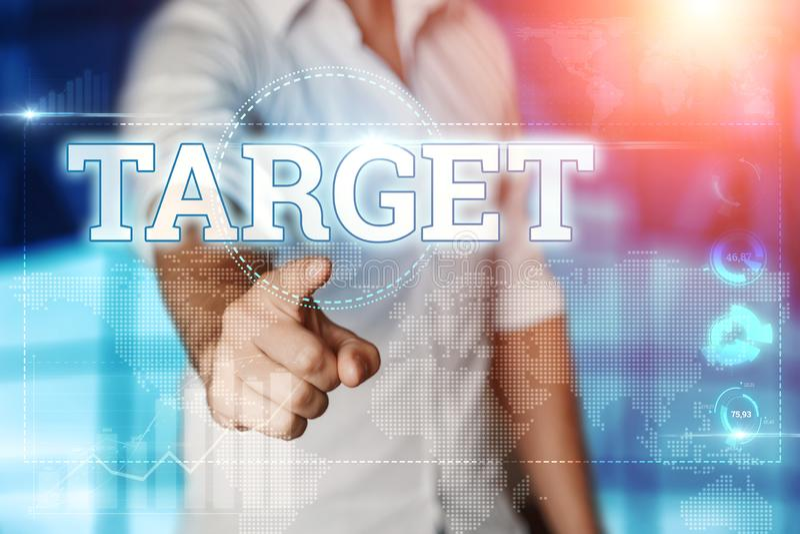 Biznesmeni klikają na ekranie wirtualnym i wybierają TARGET Niebieskie tło Koncepcja biznesowa Multimedia mieszane zdjęcia royalty free
