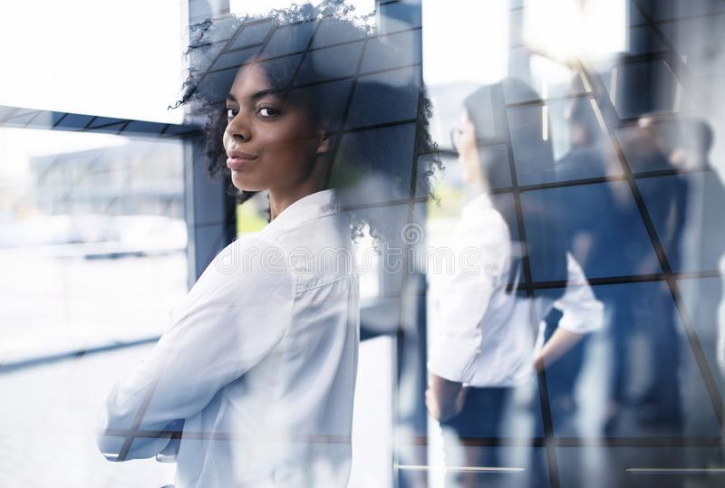 Biznesmeni które patrzeją daleko dla przyszłości Pojęcie praca zespołowa, partnerstwo i rozpoczęcie, podwójny narażenia zdjęcie royalty free