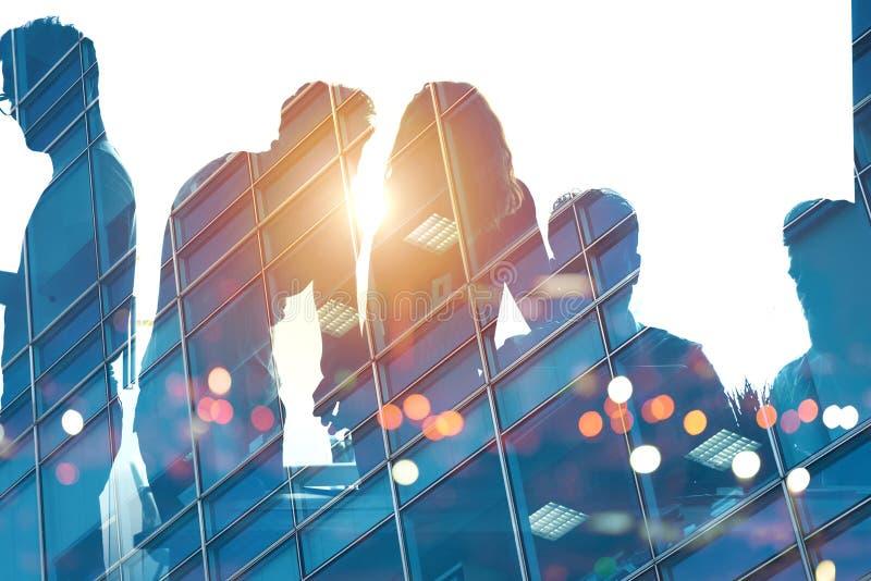 Biznesmeni które pracują wpólnie w biurze Pojęcie praca zespołowa i partnerstwo ilustracji