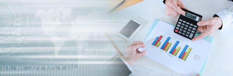 Biznesmeni ma dyskusję o pieniężnym raporcie; panoramiczny sztandar zdjęcie stock
