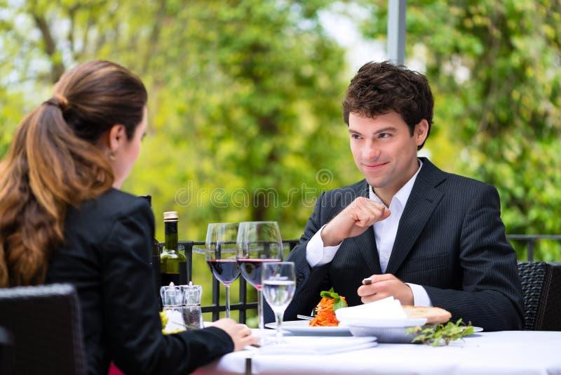 Biznesmeni ma lunch w restauraci zdjęcia stock