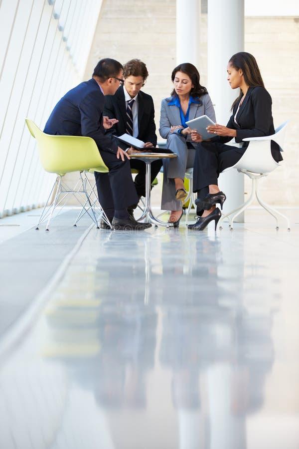 Biznesmeni Ma spotkania W Nowożytnym biurze obraz royalty free