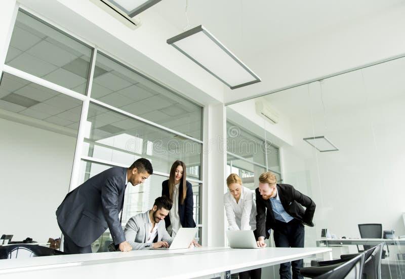 Biznesmeni ma spotkania w sala konferencyjnej obraz stock