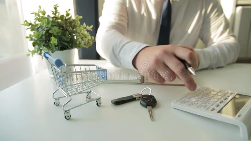 Biznesmeni obliczający wydatki na zakupy, wpływy na gospodarstwo Pusty koszyk na wierzchu Finanse domowe, inwestycje, ekon zbiory wideo