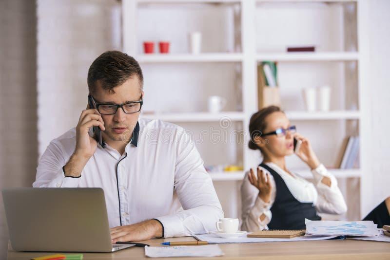 Biznesmeni Opowiada Na telefonach komórkowych zdjęcia royalty free