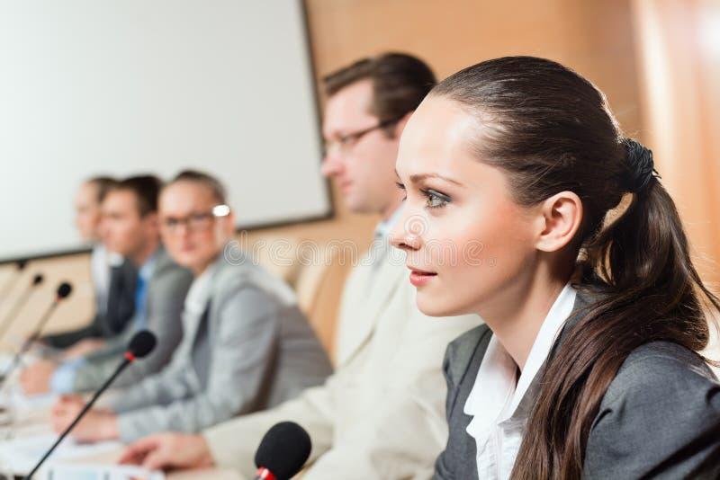 Biznesmeni opowiada przy konferencją zdjęcie royalty free