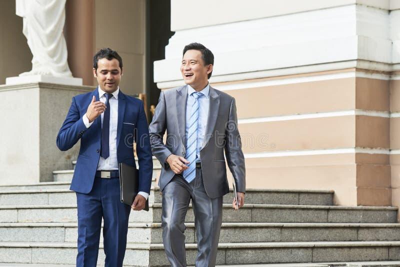 Biznesmeni opuszcza budynek biurowego obrazy royalty free