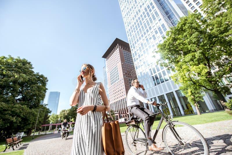 Biznesmeni outdoors w nowożytnym mieście obraz stock
