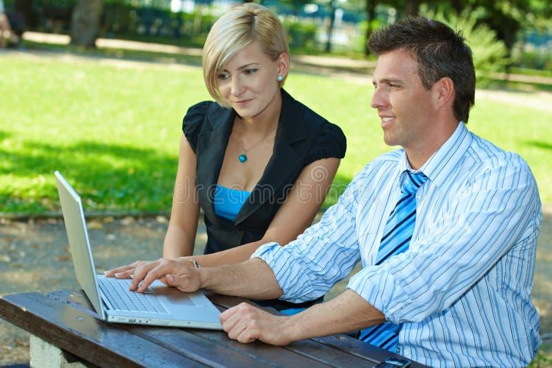 Download Biznesmeni plenerowi zdjęcie stock. Obraz złożonej z greenbacks - 13326114