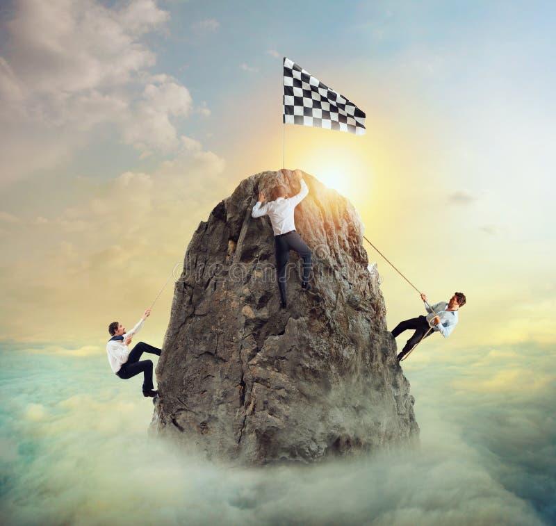 Biznesmeni próbują dosięgać cel Trudny kariery i conpetition pojęcie obraz stock