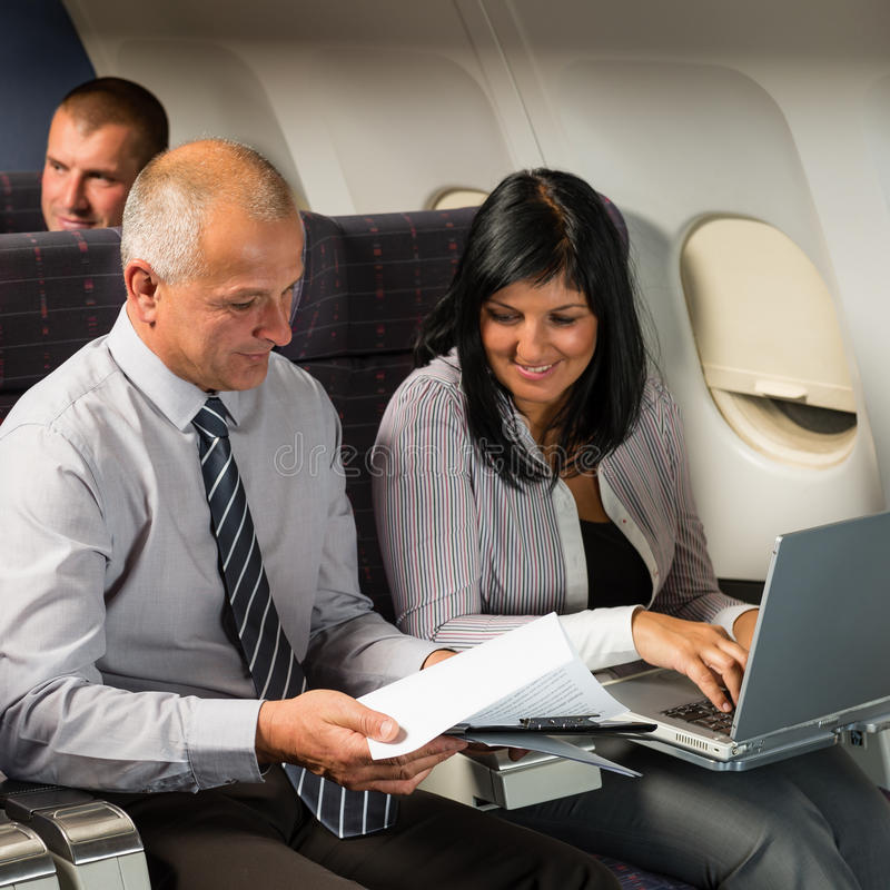 Biznesmeni pracuje na komputerowym lota samolocie obrazy royalty free