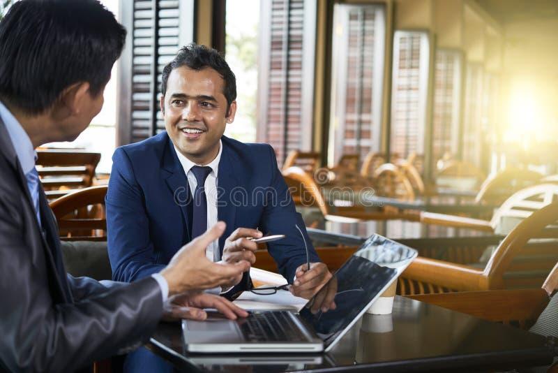 Biznesmeni pracuje w kawiarni obrazy royalty free
