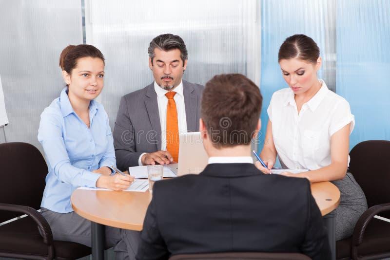 Biznesmeni prowadzi wywiad zdjęcie stock
