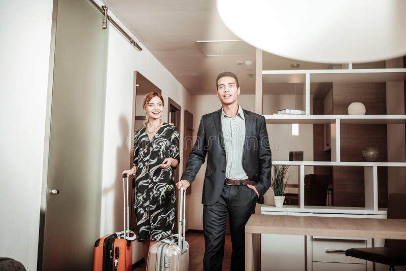 Biznesmeni przychodzi ich pokój hotelowy ma podróż służbową zdjęcie stock