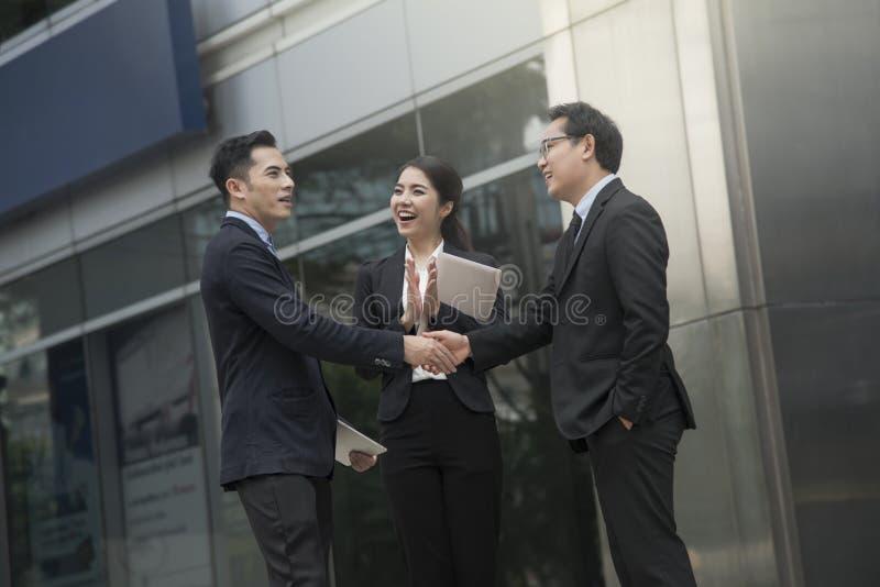 Biznesmeni robi uścisk dłoni zgodzie pojęcie partner obraz stock
