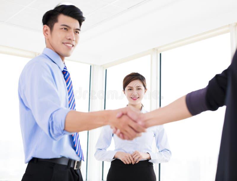 biznesmeni robi zgodzie i kolega stoi blisko b zdjęcie royalty free
