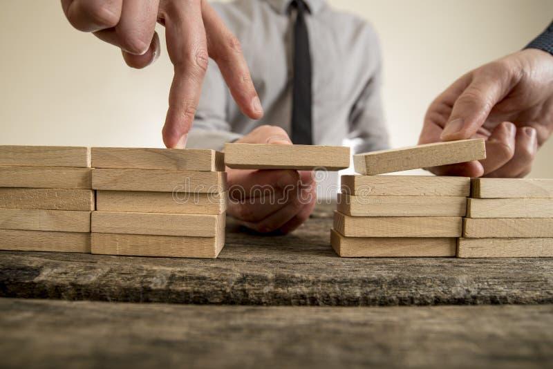 Biznesmeni rozwiązuje problemy obrazy stock