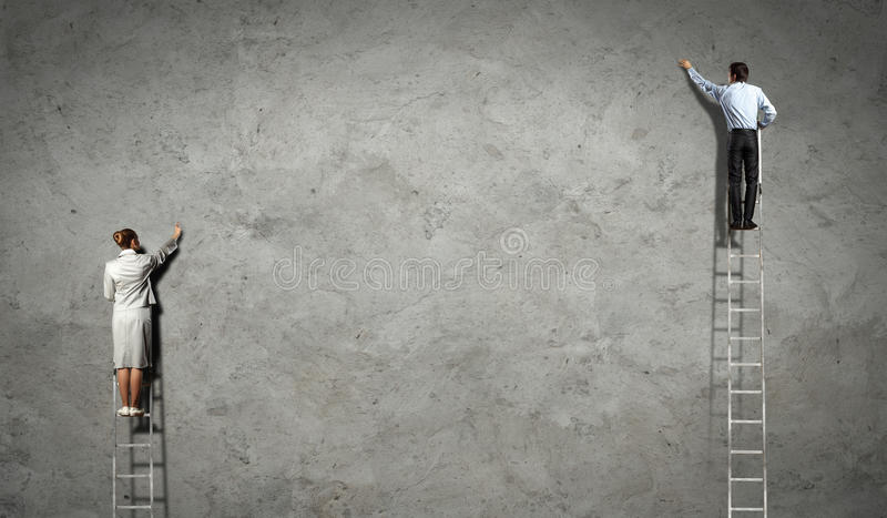 Biznesmeni rysuje diagramy na ścianie obraz stock