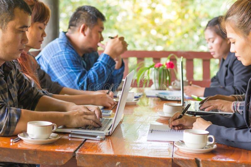 Biznesmeni spotyka i wyjaśniają biznesowych rezultaty mont zdjęcie royalty free