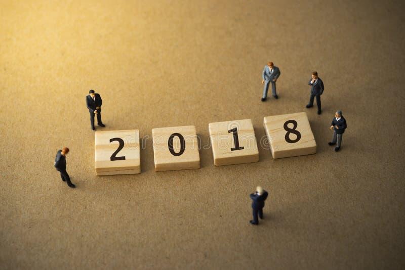 Biznesmeni stoją około 2018 r. obrazy stock
