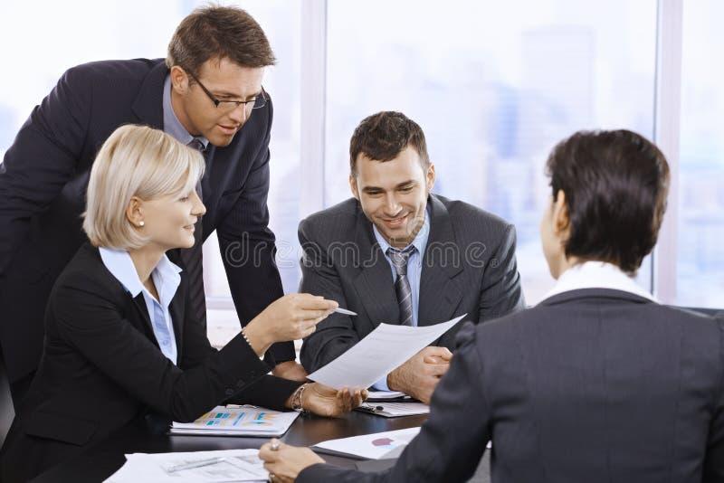 Biznesmeni target1195_1_ w biurze obraz royalty free
