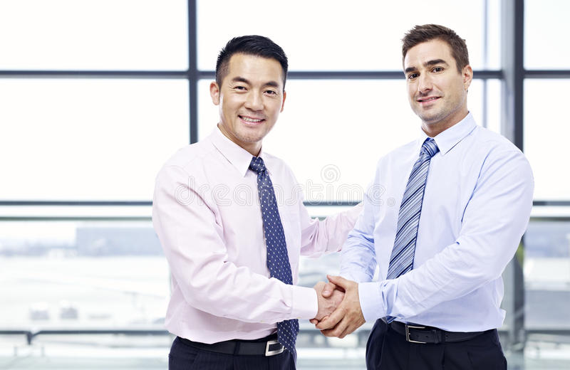 Biznesmeni trząść ręki przy lotniskiem obrazy royalty free