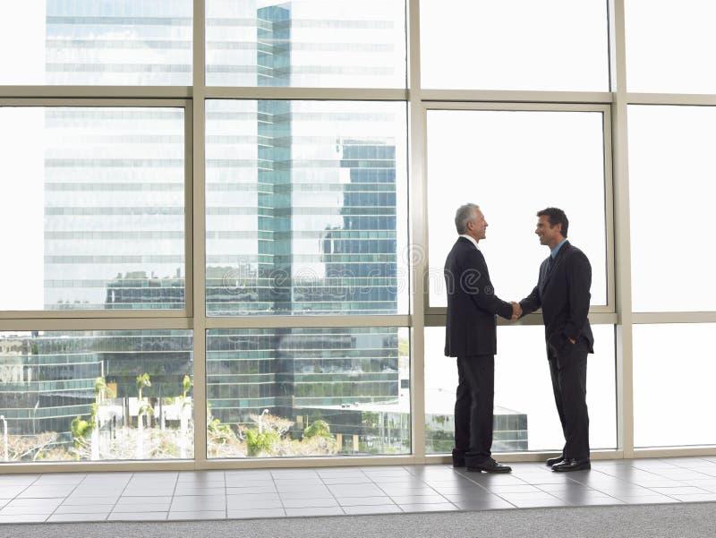 Biznesmeni Trząść ręki W biurze zdjęcie royalty free